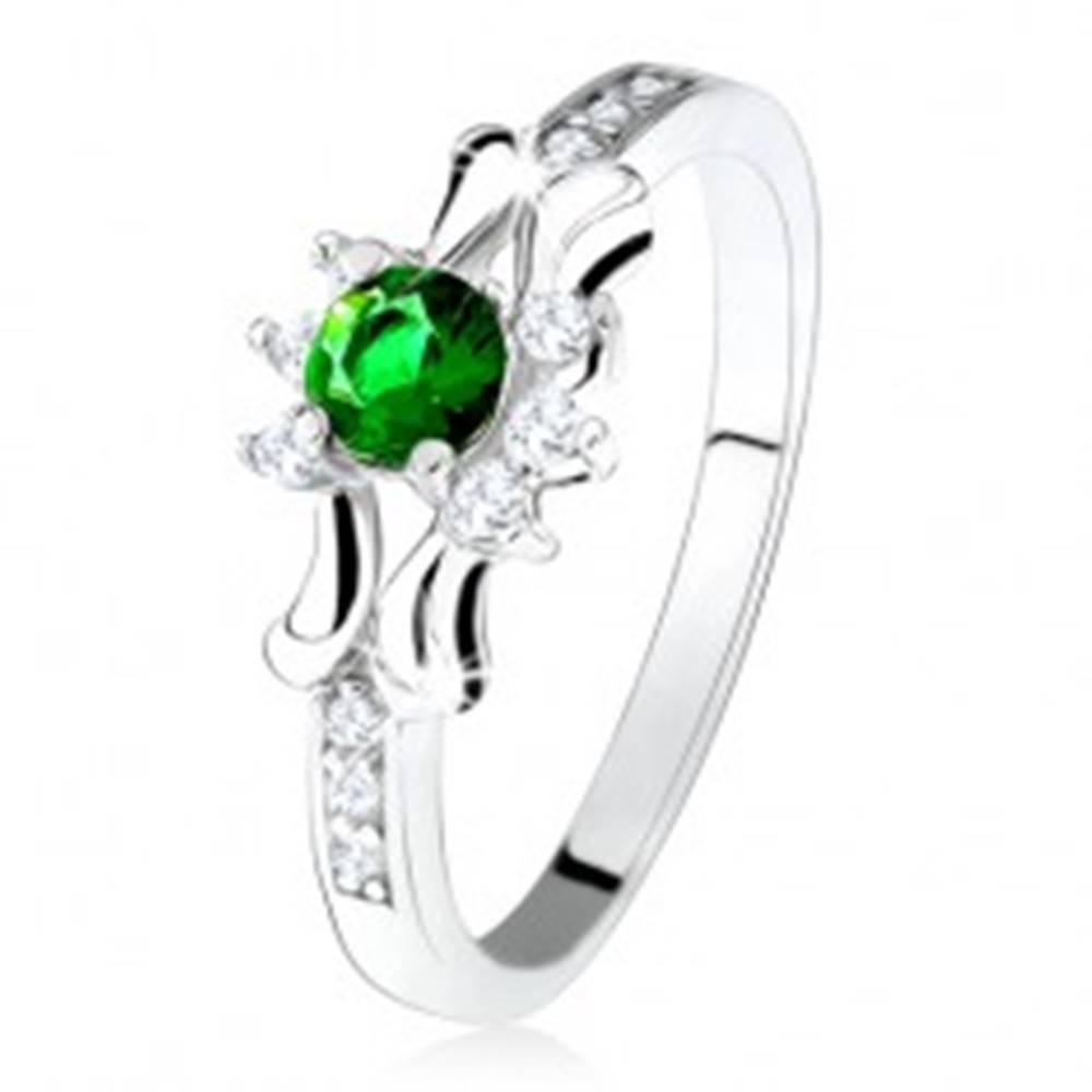 Šperky eshop Prsteň - striebro 925, zelený okrúhly zirkón, tri číre kamienky, ozdobené ramená - Veľkosť: 50 mm