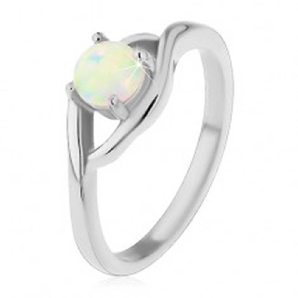 Šperky eshop Prsteň z chirurgickej ocele striebornej farby, okrúhly syntetický opál, rozdelené ramená - Veľkosť: 49 mm
