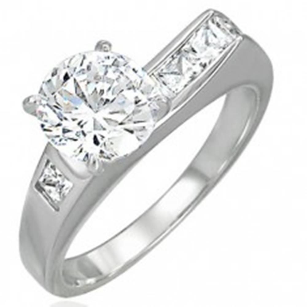 Šperky eshop Prsteň z ocele 316L s asymetricky vsadeným zirkónom a malými zirkónikmi - Veľkosť: 49 mm