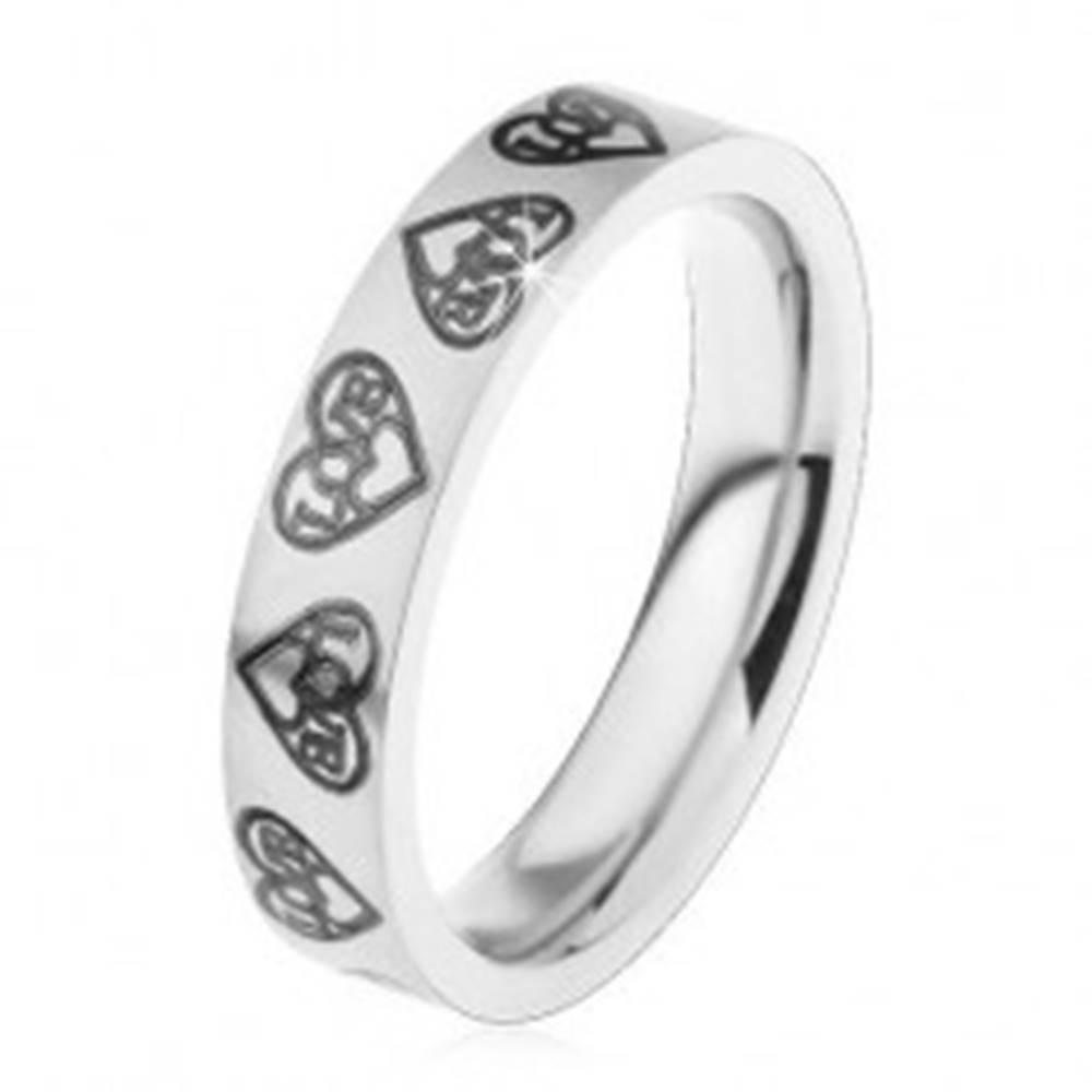 Šperky eshop Prsteň z ocele 316L, strieborný odtieň, srdiečka a nápis Love čiernej farby - Veľkosť: 44 mm