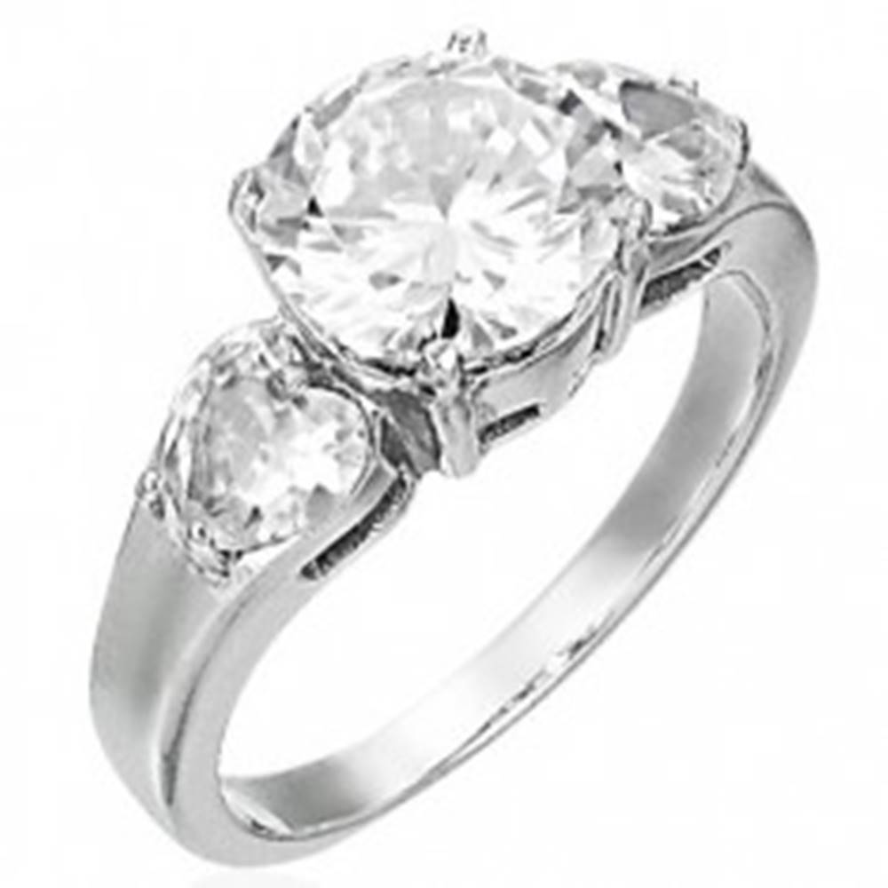 Šperky eshop Snubný prsteň - 1 veľký zirkón a 2 srdiečkové zirkóny - Veľkosť: 49 mm