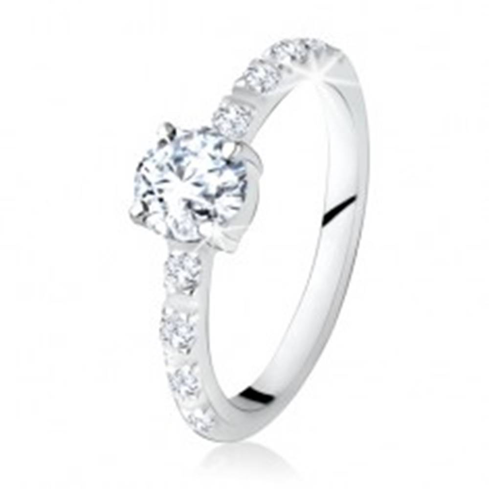 Šperky eshop Strieborný prsteň 925, okrúhly číry kamienok, ramená zdobené zirkónmi - Veľkosť: 49 mm