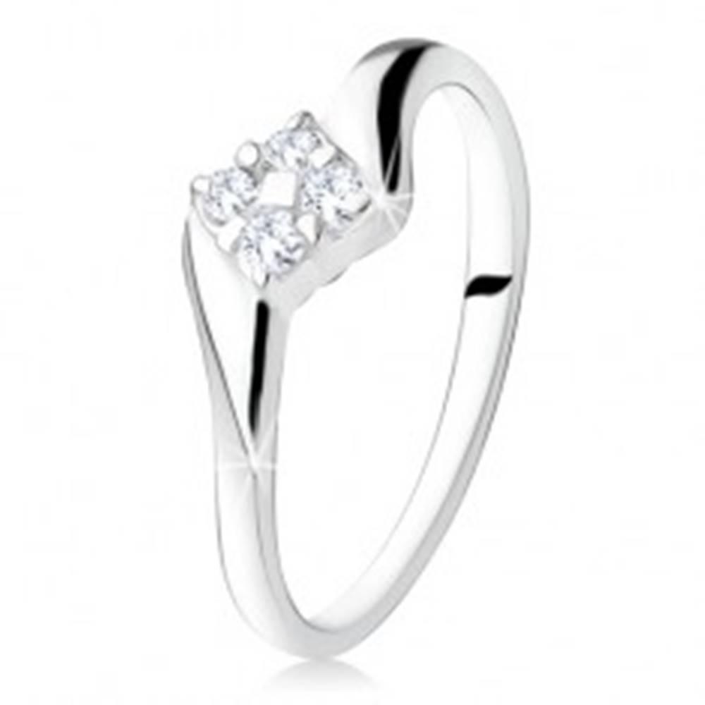 Šperky eshop Strieborný zásnubný prsteň 925, štvorec zo zirkónov medzi ramenami - Veľkosť: 49 mm