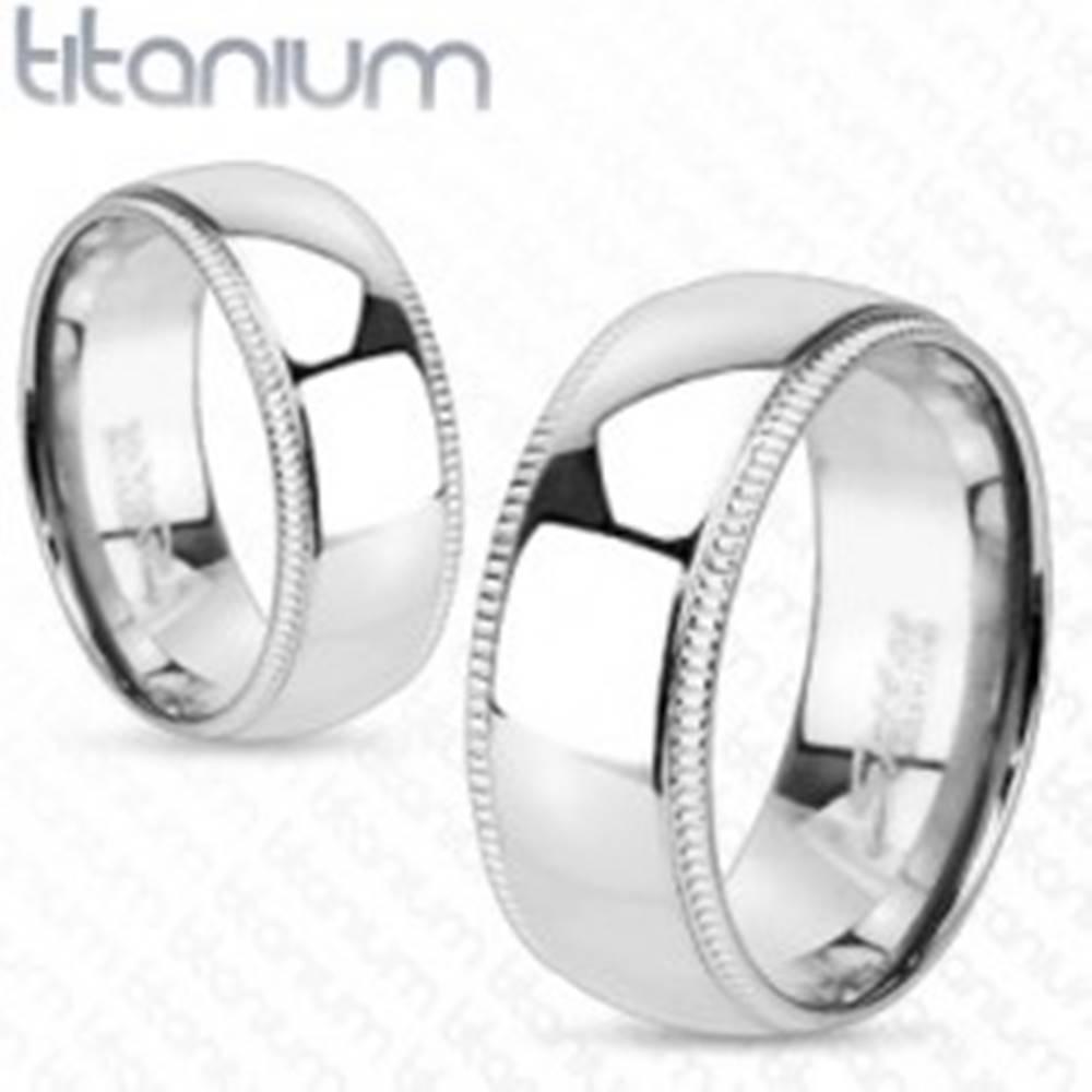 Šperky eshop Titánový prsteň s ozdobnými vrúbkovanými okrajmi - Veľkosť: 50 mm