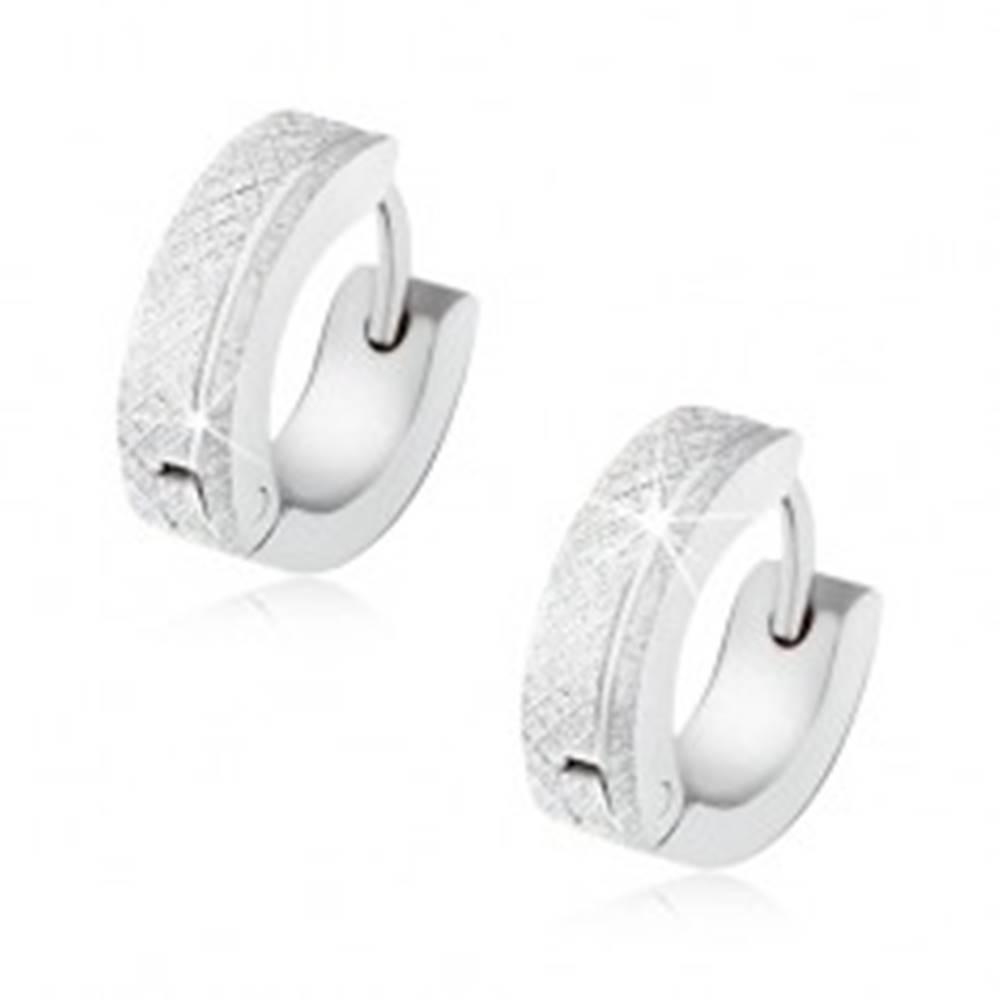Šperky eshop Trblietavé oceľové náušnice striebornej farby, štvorcový vzor, lesklý zárez