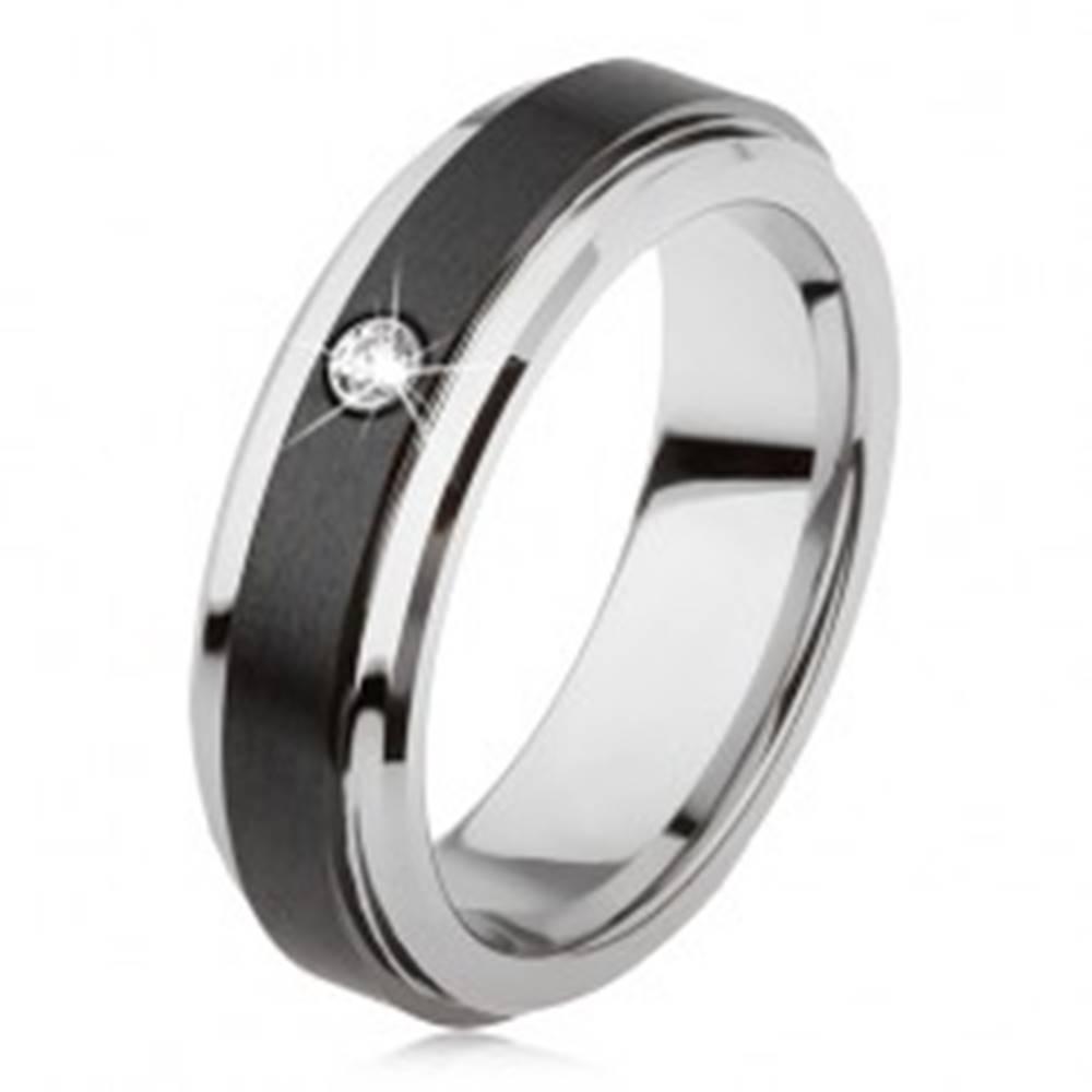 Šperky eshop Volfrámový prsteň striebornej farby, čierny keramický pás, zirkón - Veľkosť: 49 mm