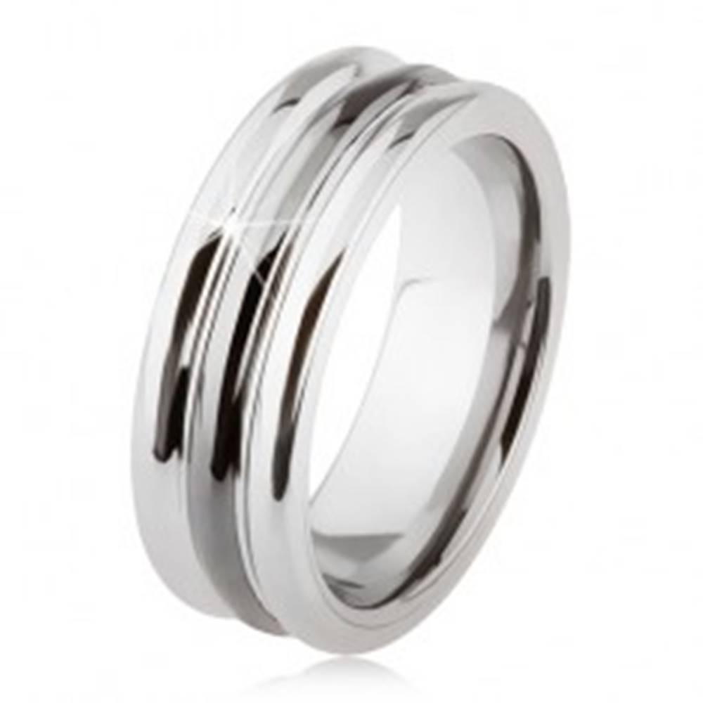 Šperky eshop Wolfrámový prsteň s lesklým povrchom, dva zárezy, čierna a strieborná farba - Veľkosť: 54 mm