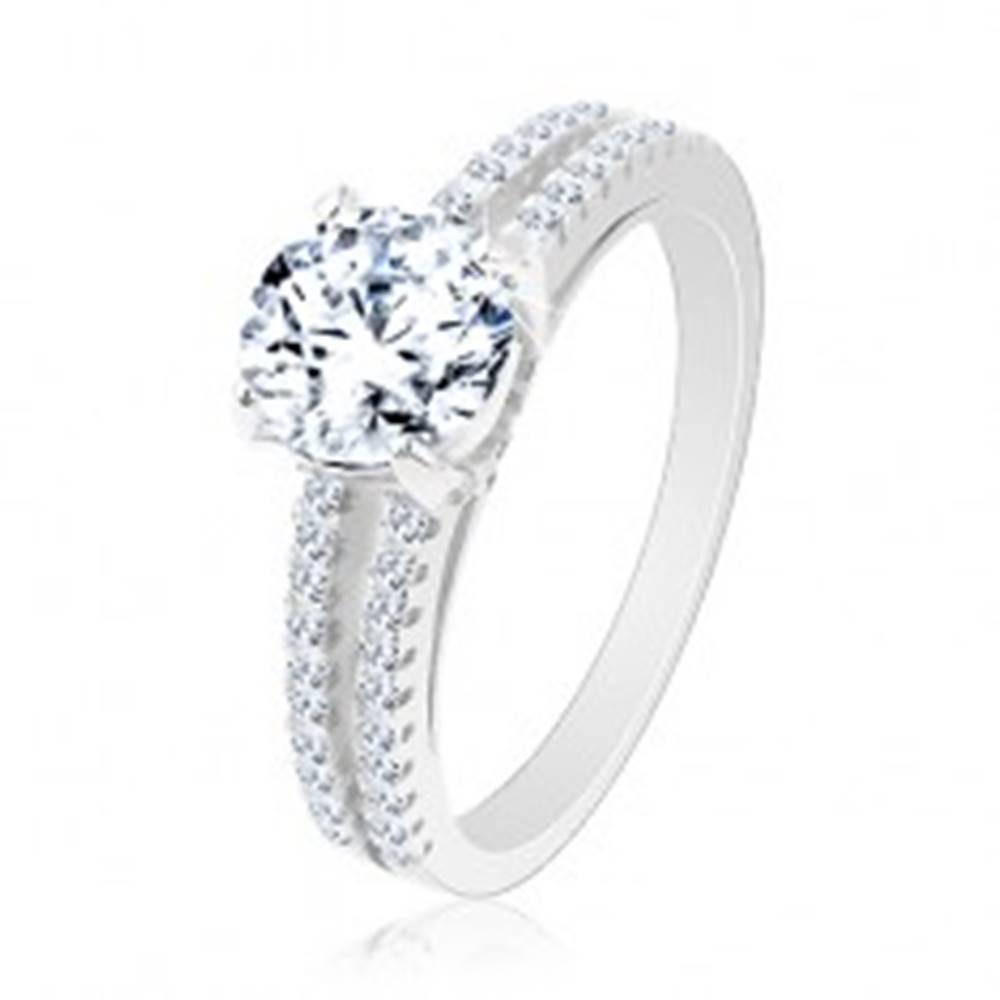 Šperky eshop Zásnubný prsteň zo striebra 925, rozdvojené ramená, okrúhly číry zirkón - Veľkosť: 49 mm