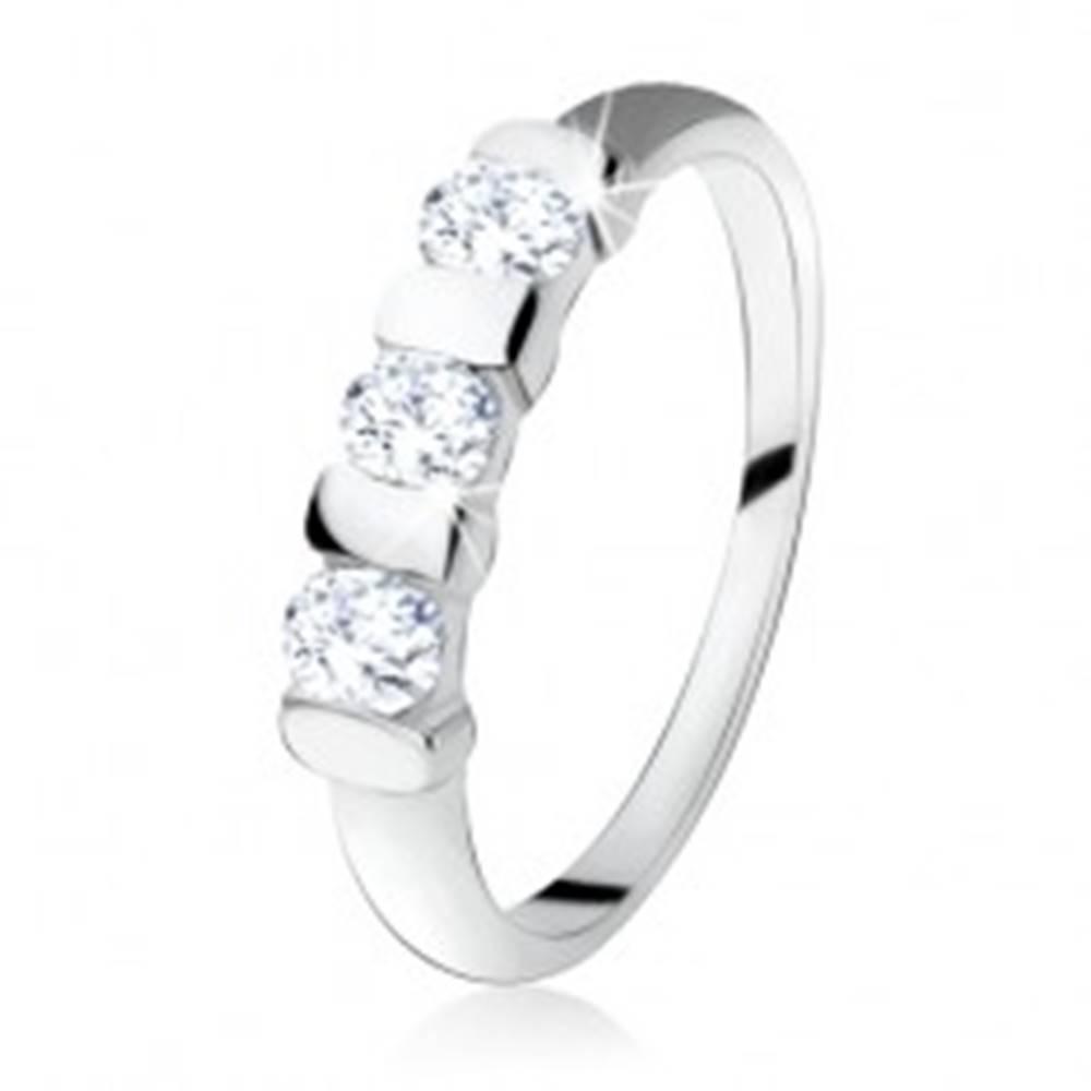 Šperky eshop Zásnubný prsteň zo striebra 925, tri číre zirkóny oddelené pásikmi - Veľkosť: 49 mm