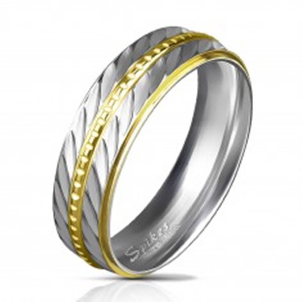 Šperky eshop Dvojfarebná obrúčka z ocele 316L, dva úzke pásy so šikmými zárezmi, 6 mm - Veľkosť: 49 mm