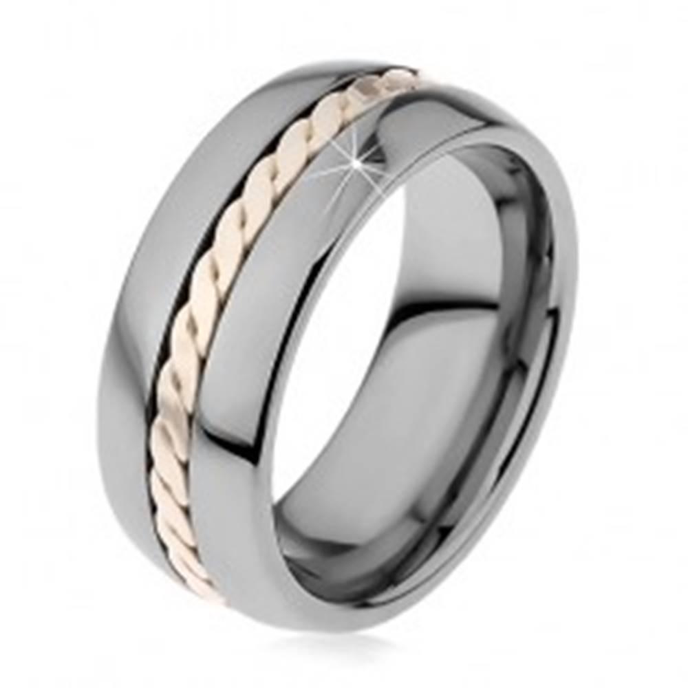 Šperky eshop Lesklý prsteň z volfrámu s pleteným vzorom striebornej farby, 8 mm - Veľkosť: 49 mm
