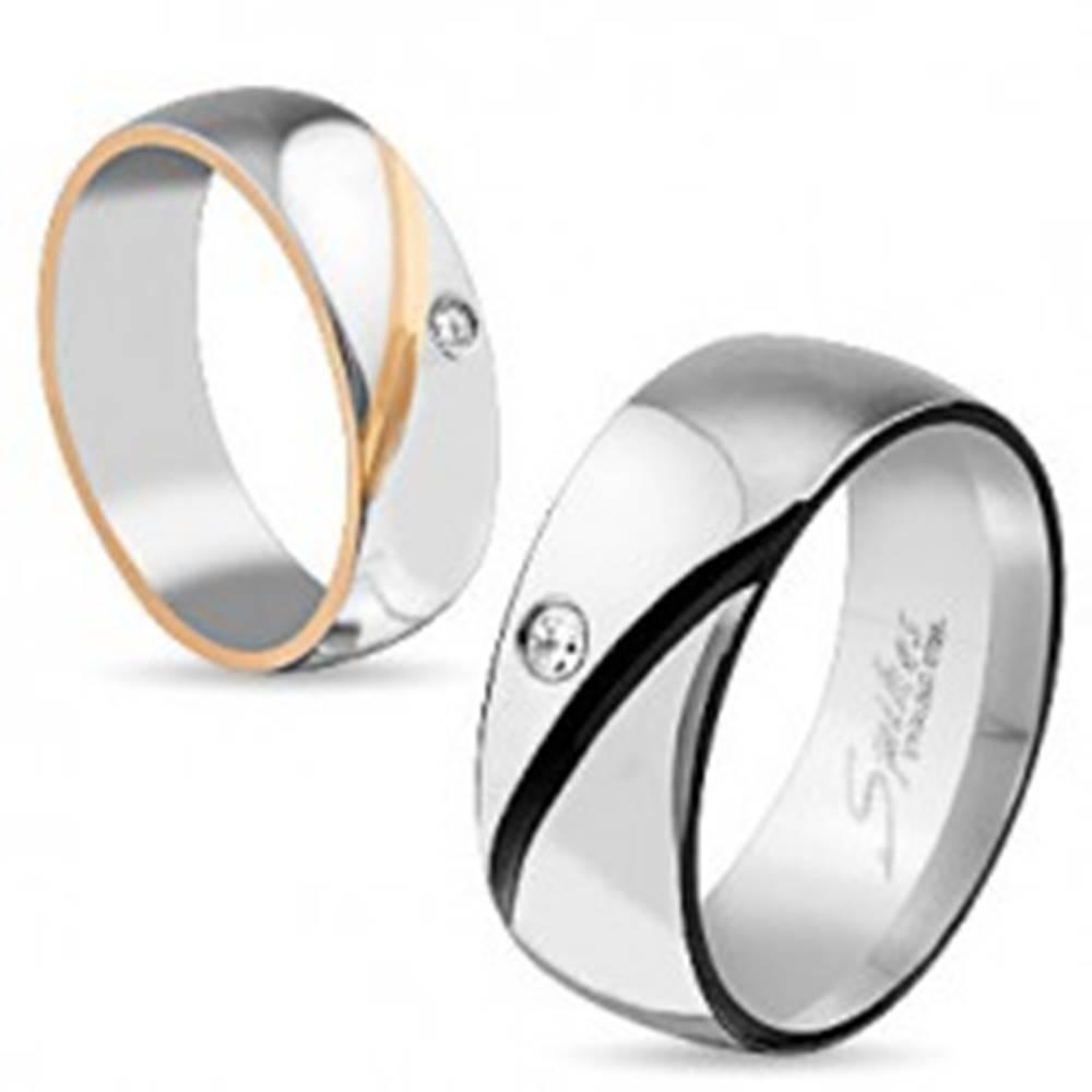 Šperky eshop Obrúčka z chirurgickej ocele, dve farby, šikmý zárez, číry zirkón - Veľkosť: 49 mm