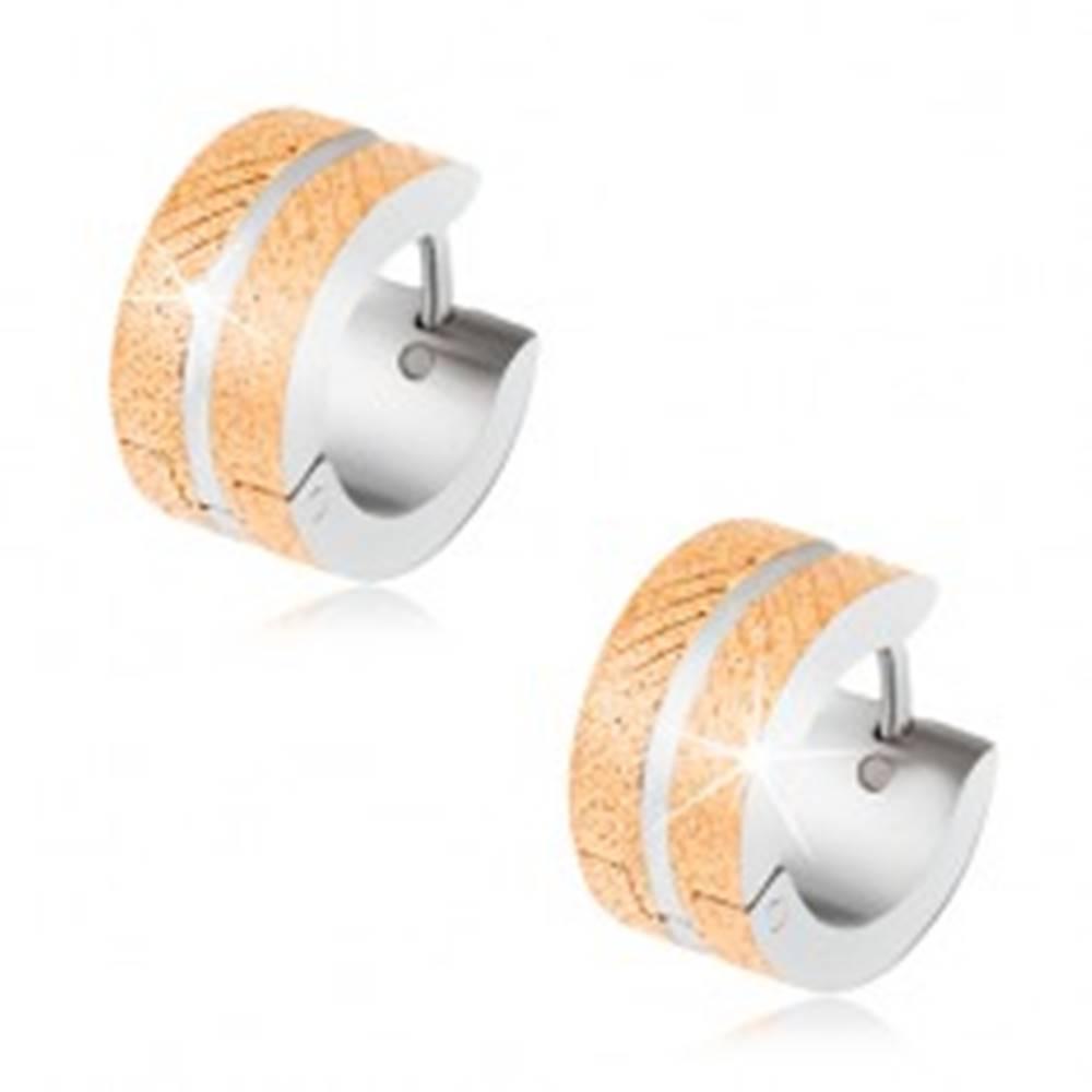 Šperky eshop Oceľové náušnice, matný gravírovaný povrch zlatej farby, zárez striebornej farby