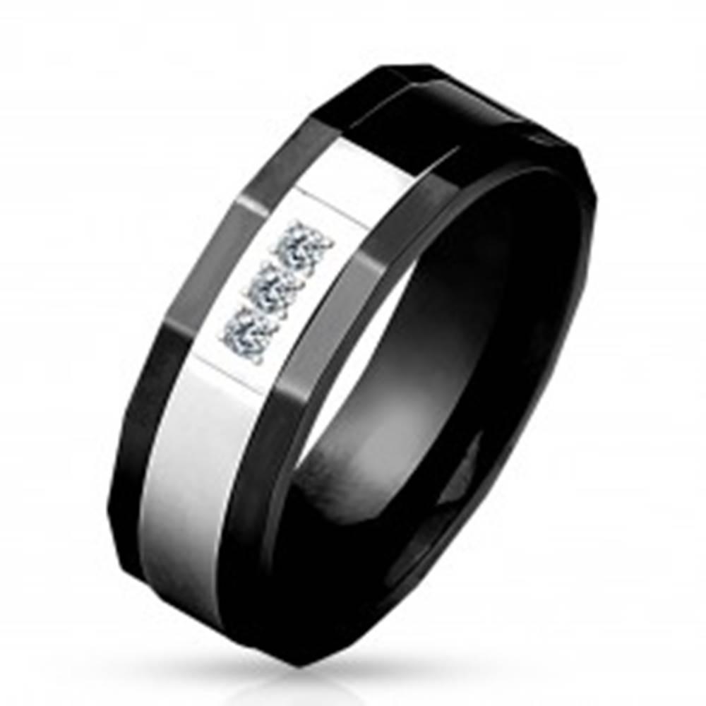 Šperky eshop Prsteň z chirurgickej ocele, čierna a strieborná farba, tri číre zirkóny, 8 mm - Veľkosť: 59 mm