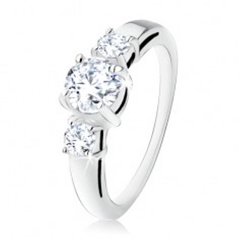 Šperky eshop Strieborný zásnubný prsteň 925, tri okrúhle číre kamienky, rozdvojené ramená - Veľkosť: 49 mm