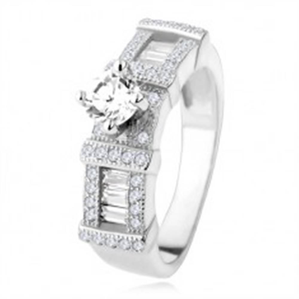 Šperky eshop Strieborný zásnubný prsteň 925, zirkónové obdĺžniky, okrúhly kamienok - Veľkosť: 48 mm