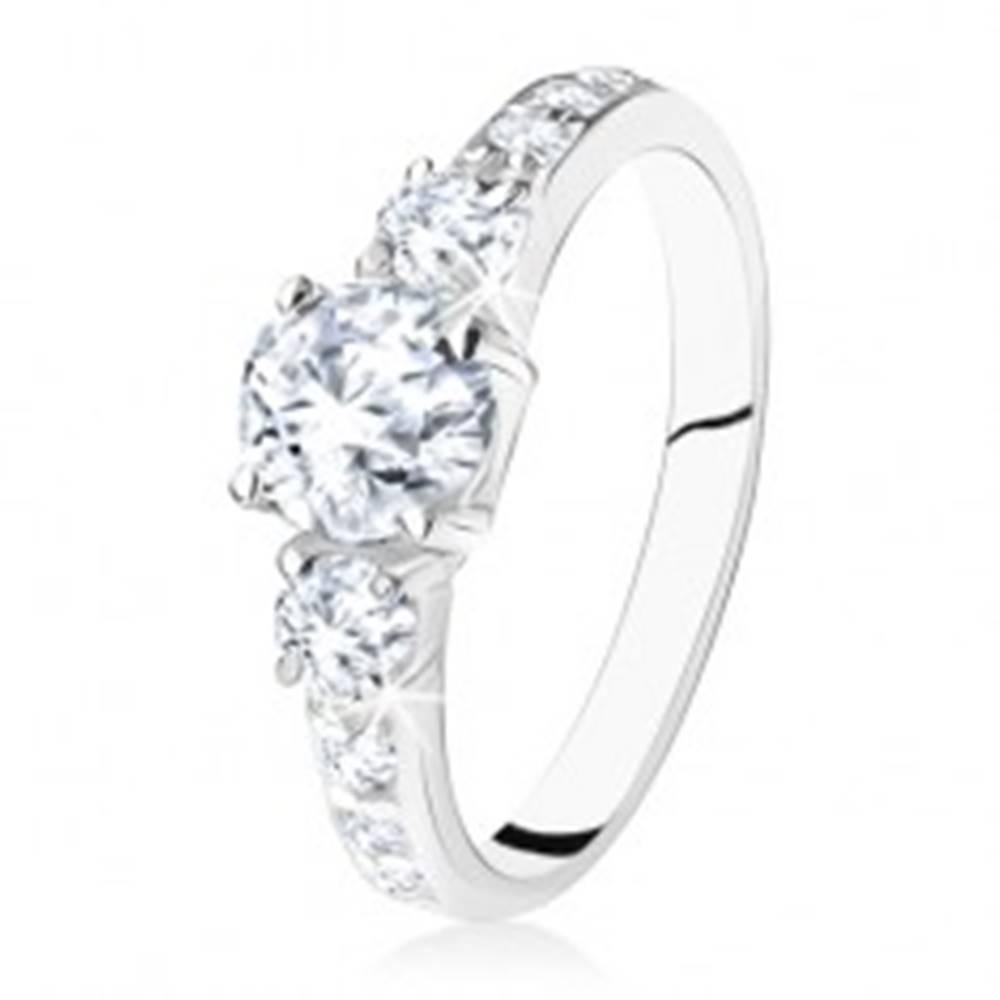 Šperky eshop Trblietavý zásnubný prsteň zo striebra 925, tri zirkóny, zdobené ramená - Veľkosť: 49 mm