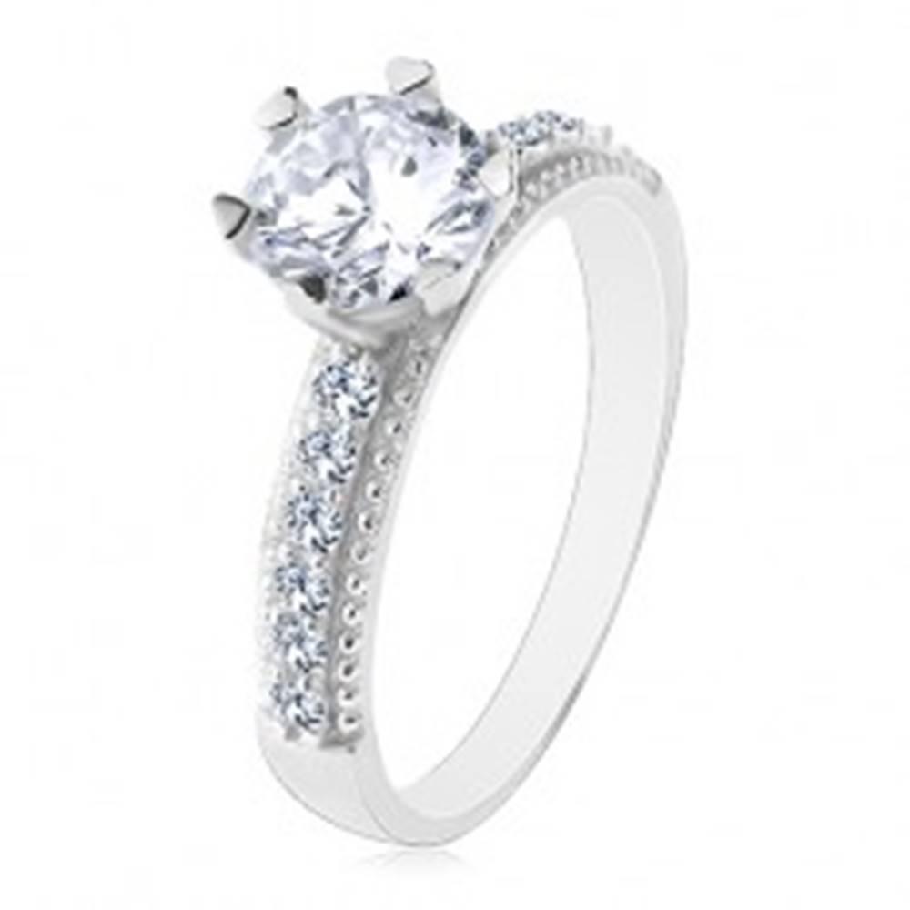 Šperky eshop Zásnubný prsteň, striebro 925, okrúhly číry zirkón, ramená so zirkónikmi a vrúbkami - Veľkosť: 49 mm