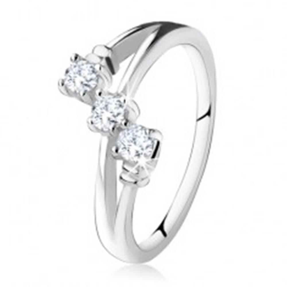 Šperky eshop Zásnubný prsteň zo striebra 925, šikmá línia troch čírych zirkónov - Veľkosť: 49 mm