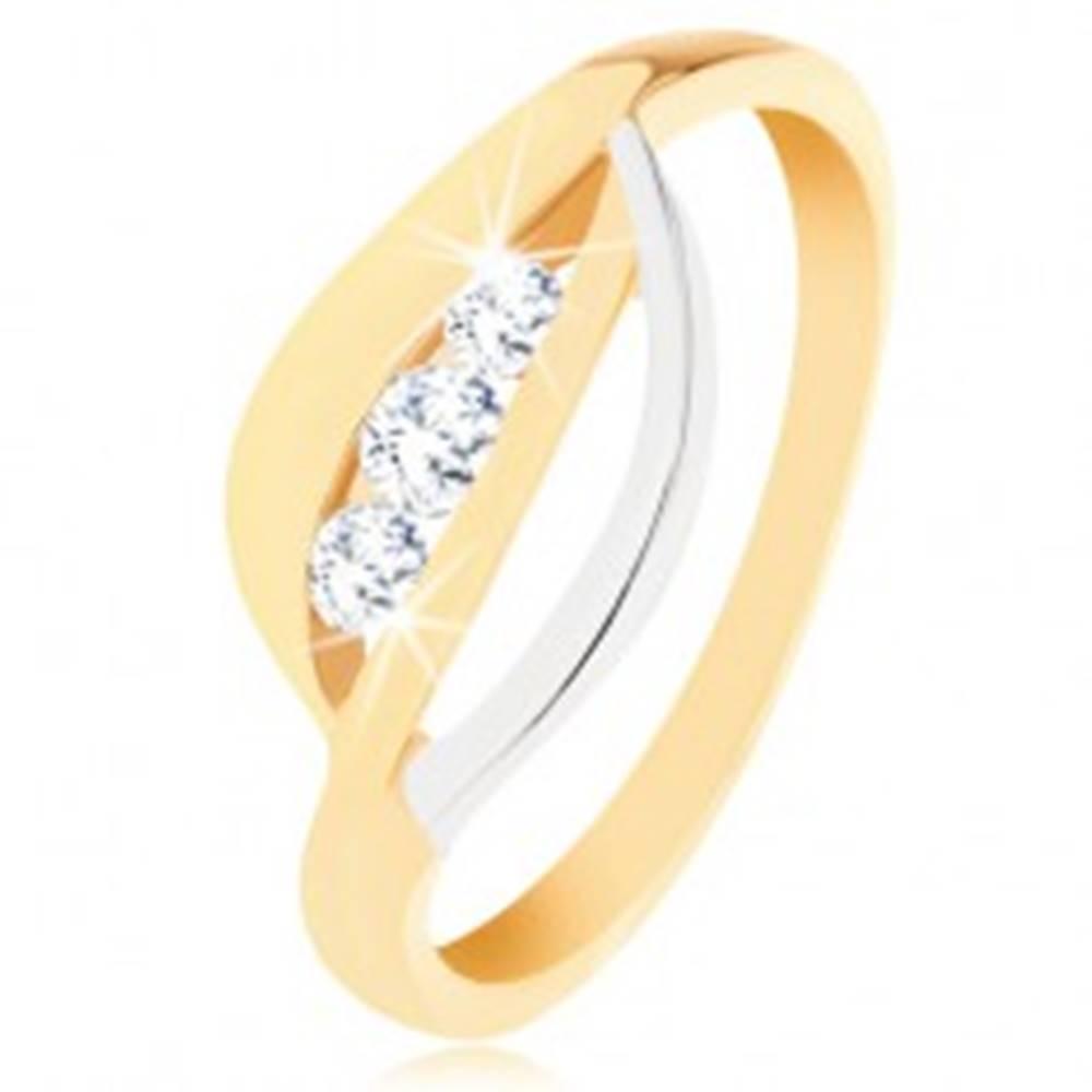 Šperky eshop Zlatý prsteň 375 - dvojfarebné zvlnené línie, tri okrúhle zirkóny čírej farby - Veľkosť: 49 mm
