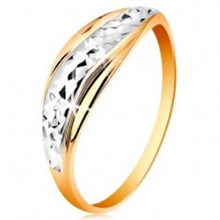 Zlatý prsteň 585 - vlnky z bieleho a žltého zlata, ligotavý brúsený povrch - Veľkosť: 49 mm