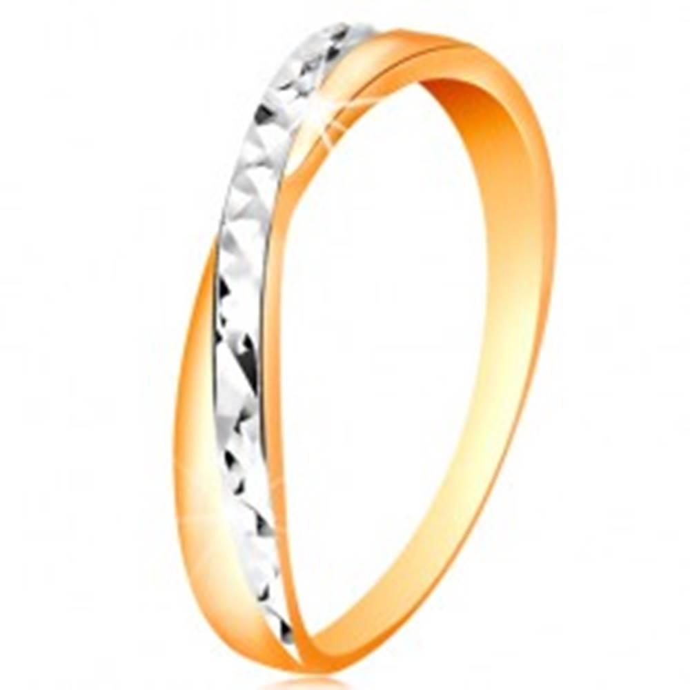 Šperky eshop Dvojfarebný prsteň v zlate 585 - rozdelené ramená, drobné ligotavé ryhy - Veľkosť: 49 mm