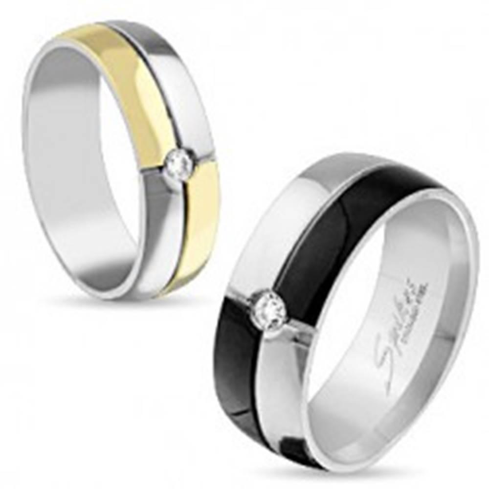 Šperky eshop Lesklá obrúčka z ocele striebornej a zlatej farby, ozdobné zárezy, číry zirkón, 6 mm - Veľkosť: 49 mm