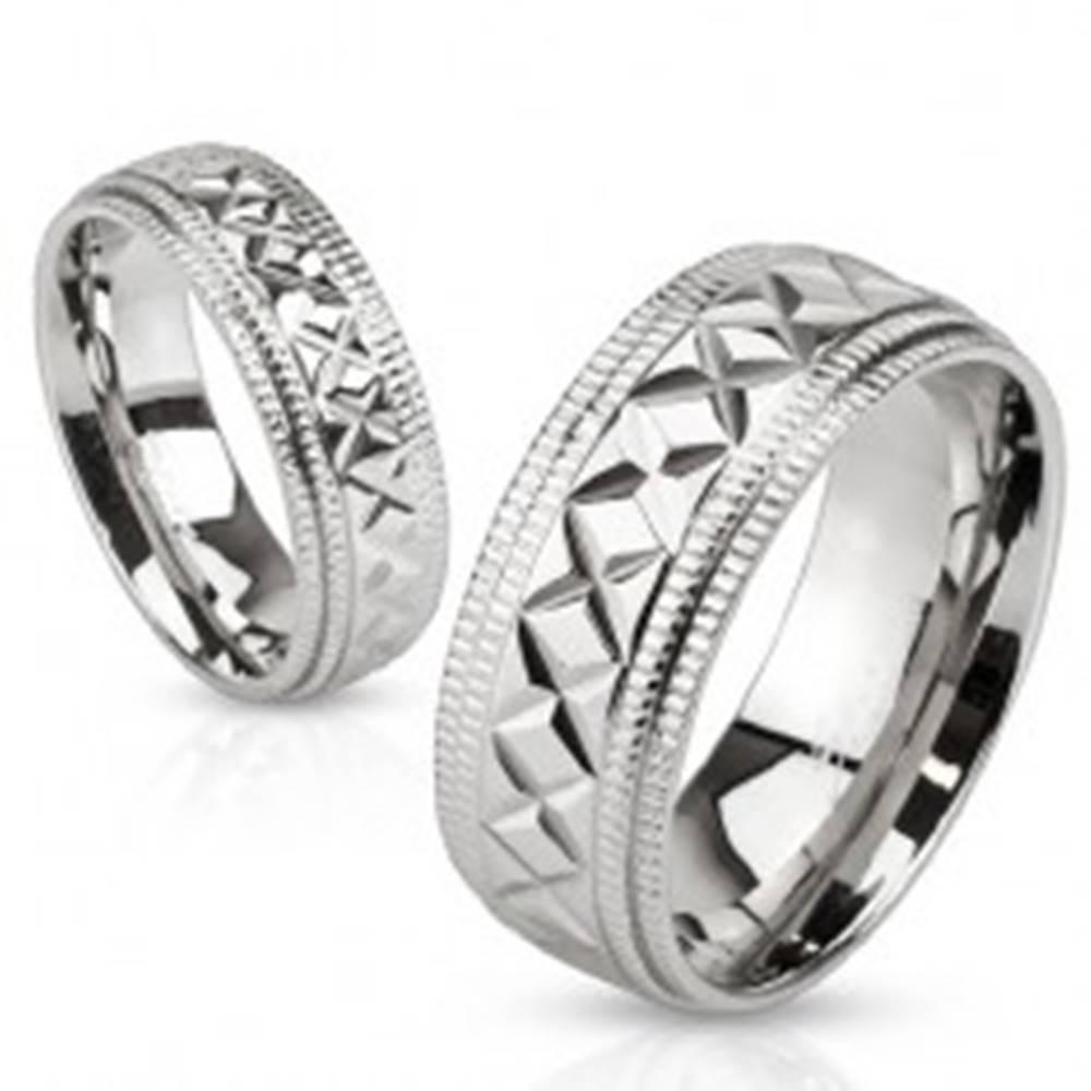 Šperky eshop Lesklý oceľový prsteň striebornej farby, vrúbky a geometrické zárezy, 8 mm - Veľkosť: 59 mm