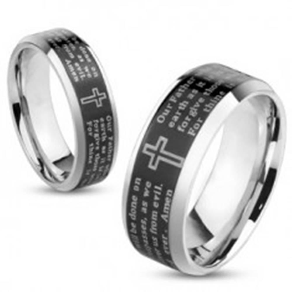 Šperky eshop Oceľová obrúčka striebornej farby, čierny pásik - modlitba Otčenáš, 8 mm - Veľkosť: 58 mm