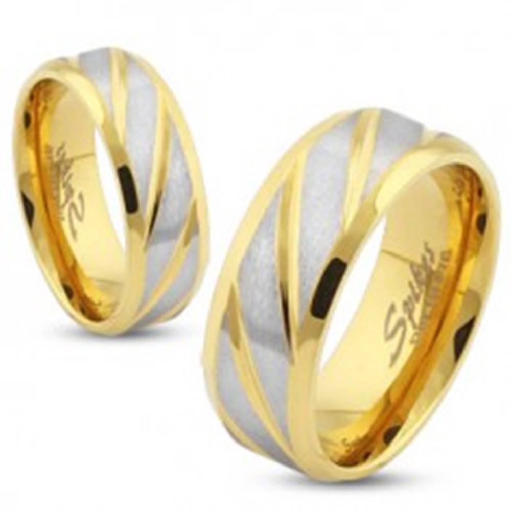 Šperky eshop Oceľová obrúčka zlatej farby, šikmé pásy v striebornom odtieni, 6 mm - Veľkosť: 49 mm