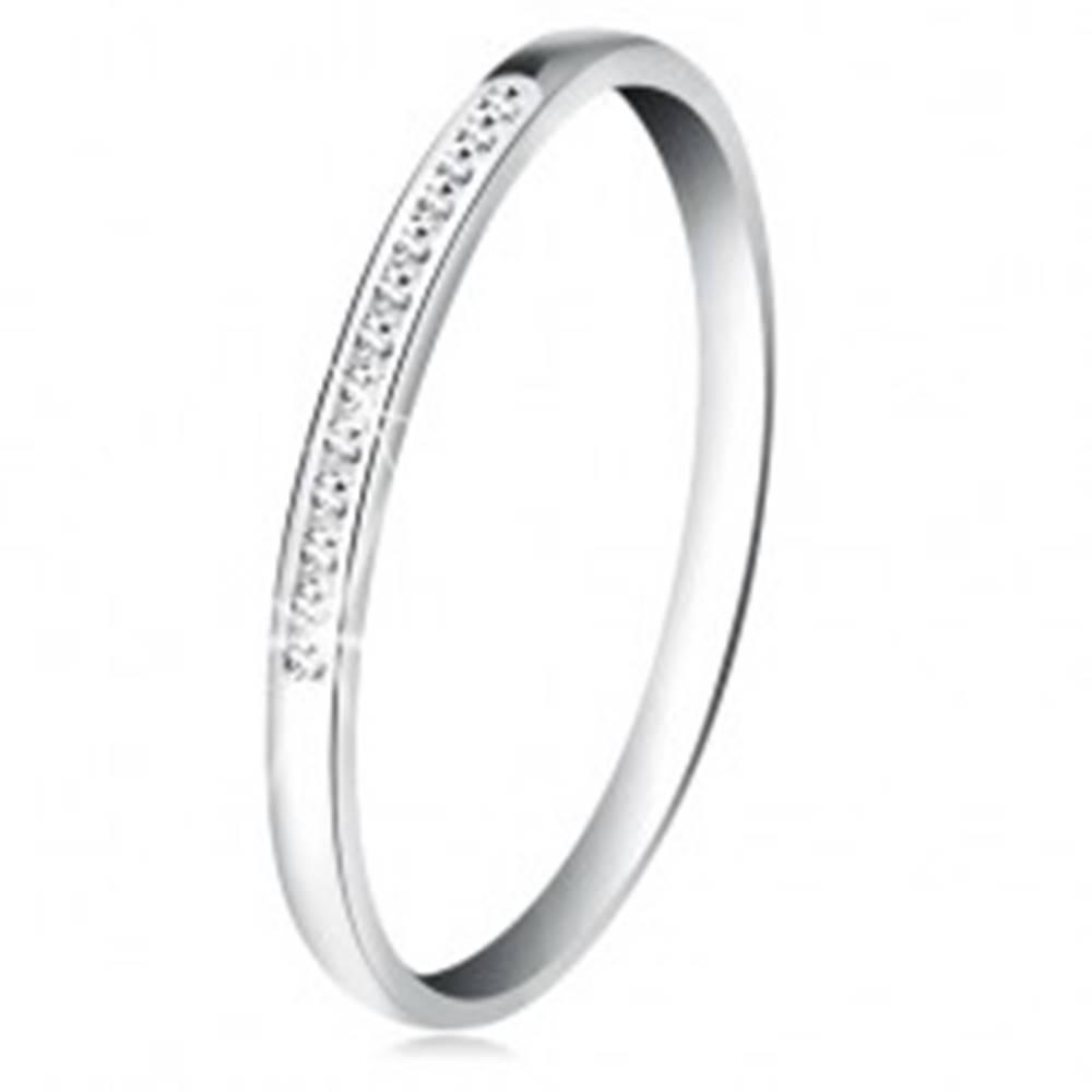 Šperky eshop Prsteň v bielom 14K zlate - ligotavá línia drobných čírych zirkónikov - Veľkosť: 50 mm