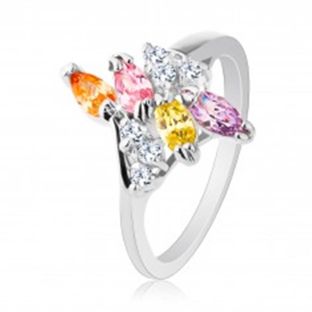 Šperky eshop Prsteň v striebornom odtieni zdobený rôznofarebnými zirkónmi - Veľkosť: 52 mm