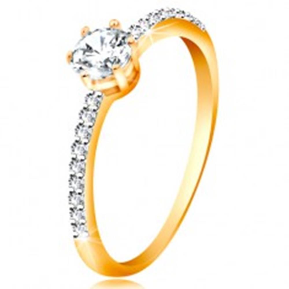 Šperky eshop Prsteň v žltom 14K zlate - trblietavý číry zirkón v kotlíku, zirkónové ramená - Veľkosť: 49 mm