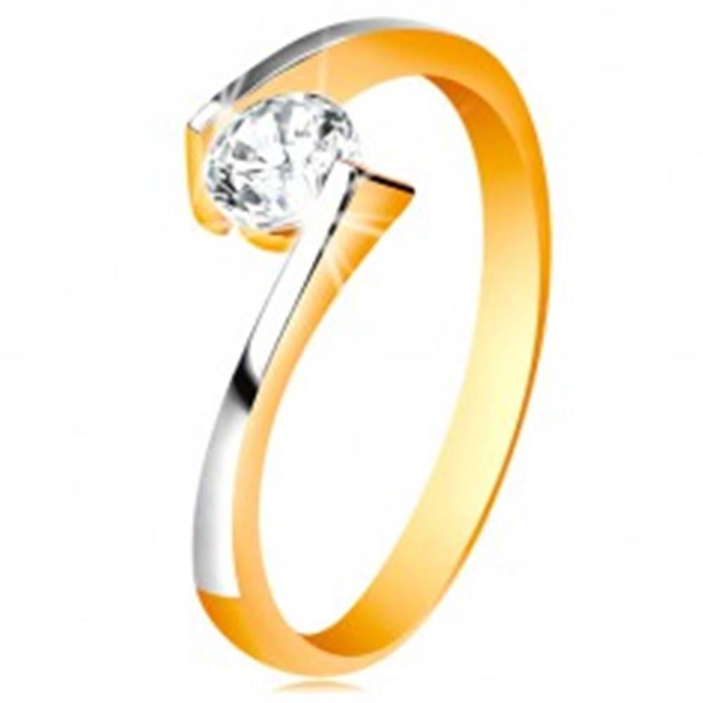 Šperky eshop Prsteň zo 14K zlata - číry zirkón medzi zúženými a zahnutými koncami ramien - Veľkosť: 48 mm