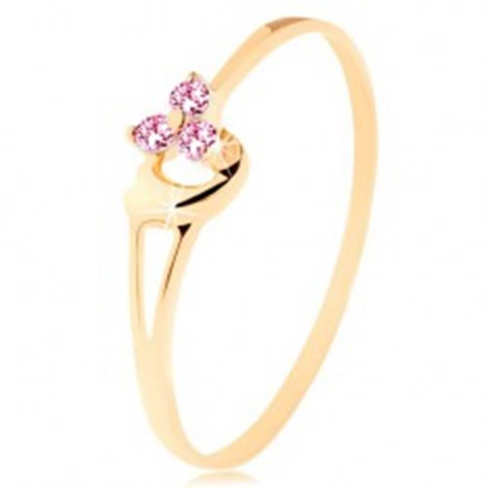 Šperky eshop Prsteň zo žltého 14K zlata - tri ružové zirkóniky, asymetrické vypuklé srdce - Veľkosť: 49 mm