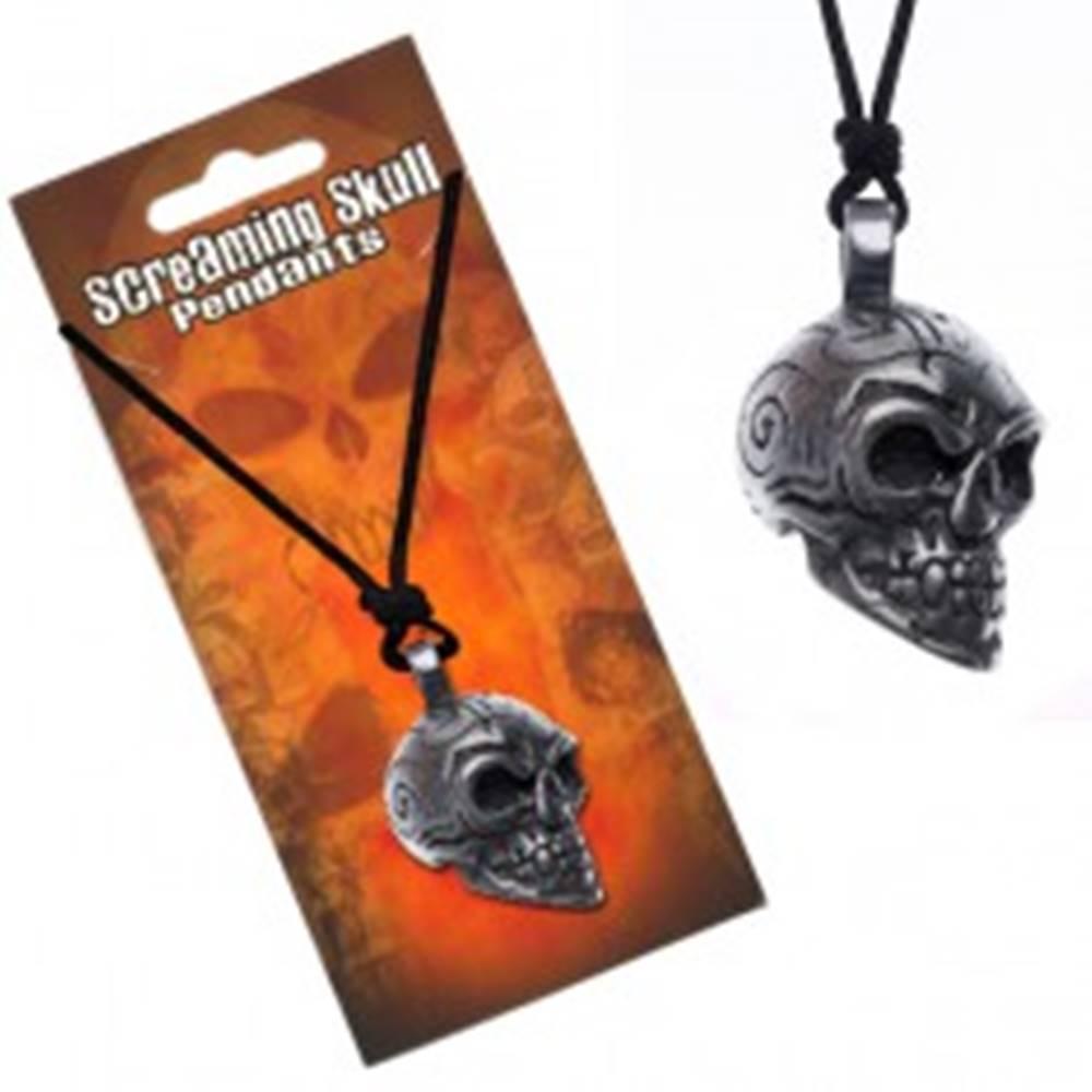 Šperky eshop Šnúrkový náhrdelník s príveskom lebky s ornamentmi