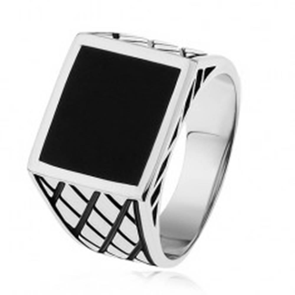 Šperky eshop Strieborný prsteň 925, ramená s kosoštvorcami, čierny glazúrovaný štvorec - Veľkosť: 54 mm