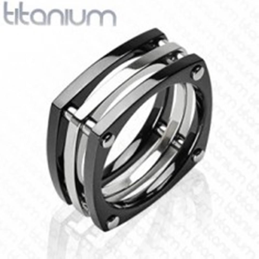 Šperky eshop Titánový prsteň - tri štvorce spojené nitmi - Veľkosť: 58 mm