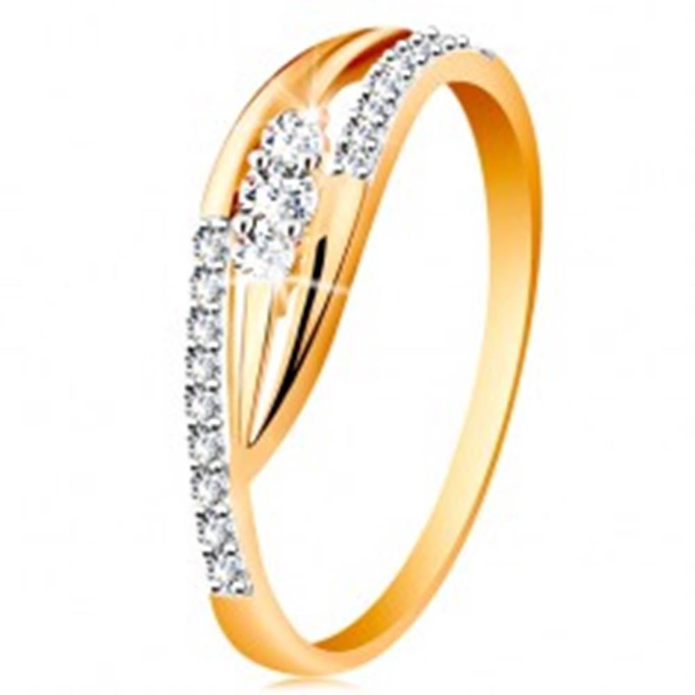 Šperky eshop Zlatý prsteň 585 - lesklé zahnuté ramená, trblietavé pásy a tri zirkóny - Veľkosť: 49 mm