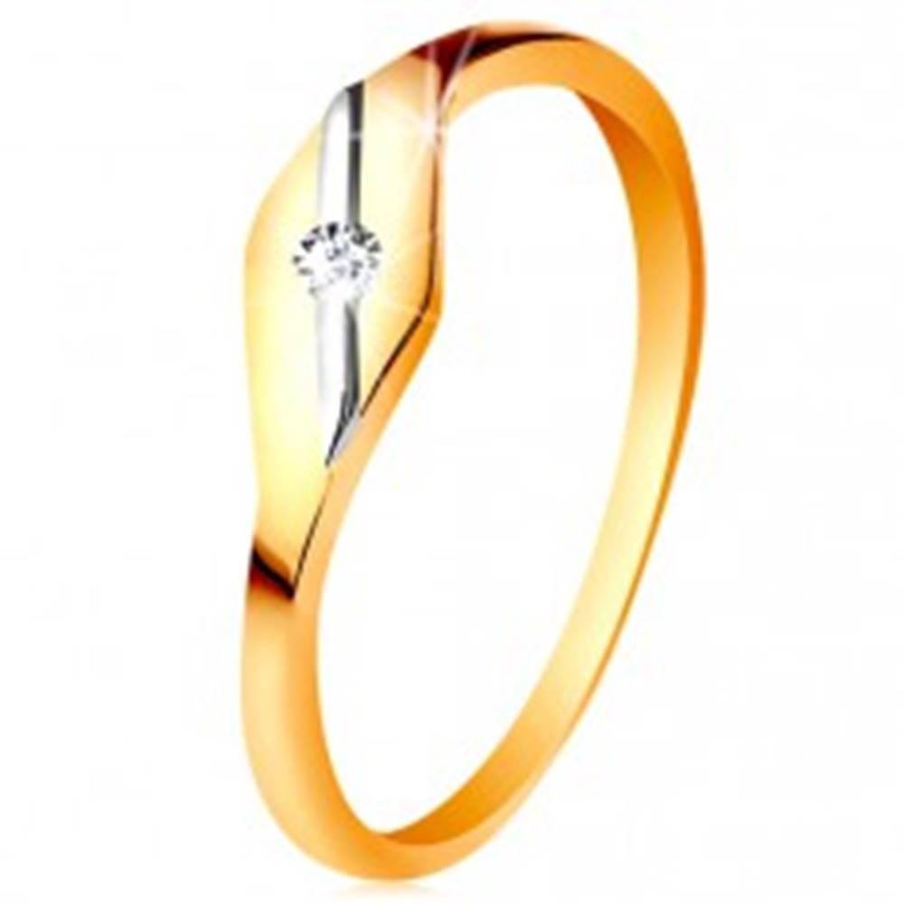 Šperky eshop Zlatý prsteň 585 - lesklé zrnko, šikmá línia z bieleho zlata a číry zirkónik - Veľkosť: 49 mm