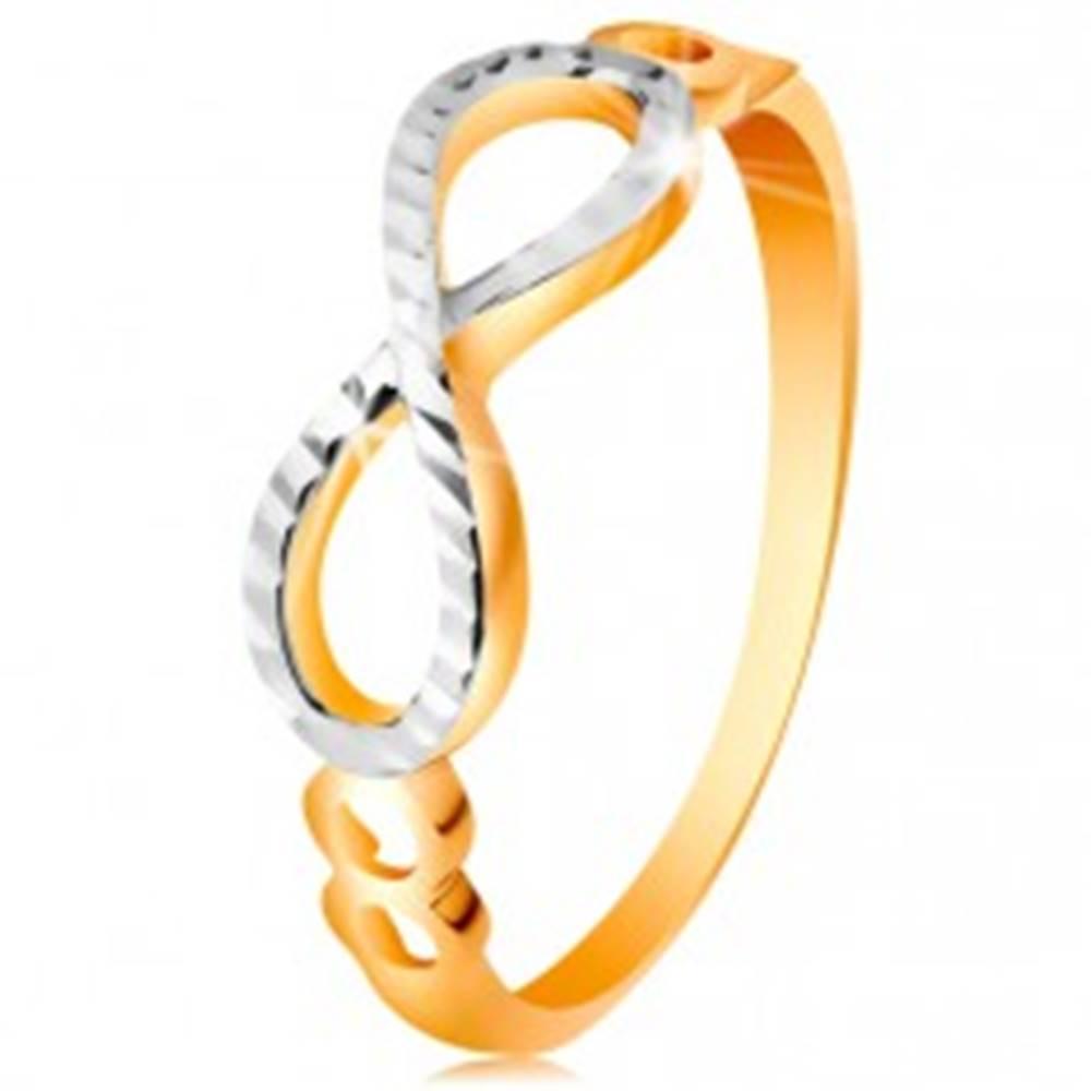 Šperky eshop Zlatý prsteň 585 - symbol nekonečna zdobený bielym zlatom a zárezmi - Veľkosť: 49 mm
