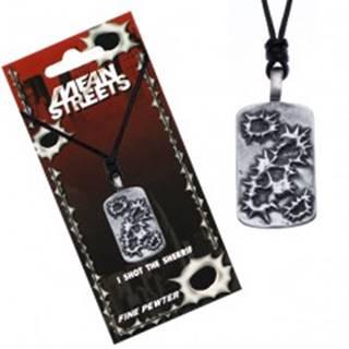 Čierny náhrdelník s príveskom, obrysy dier po guľkách na tabuli
