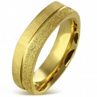Hranatý prsteň z chirurgickej ocele zlatej farby - pieskovaný a saténový pás, 7 mm - Veľkosť: 55 mm