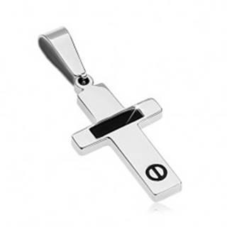 Oceľový prívesok striebornej farby - krížik s čiernym pásom a skrutkou