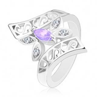 Prsteň striebornej farby, zahnuté zdobené ramená, farebný motýľ - Veľkosť: 48 mm, Farba: Ružová