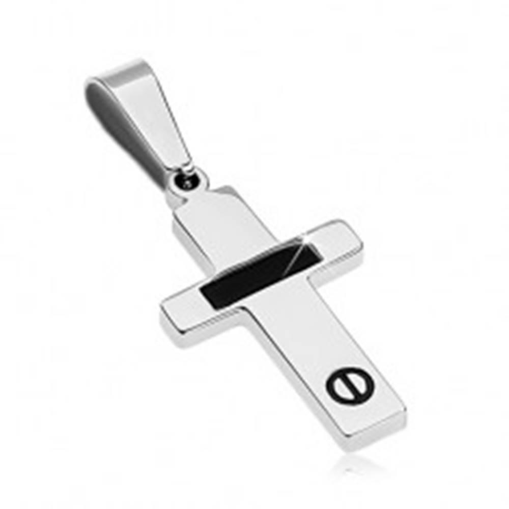 Šperky eshop Oceľový prívesok striebornej farby - krížik s čiernym pásom a skrutkou