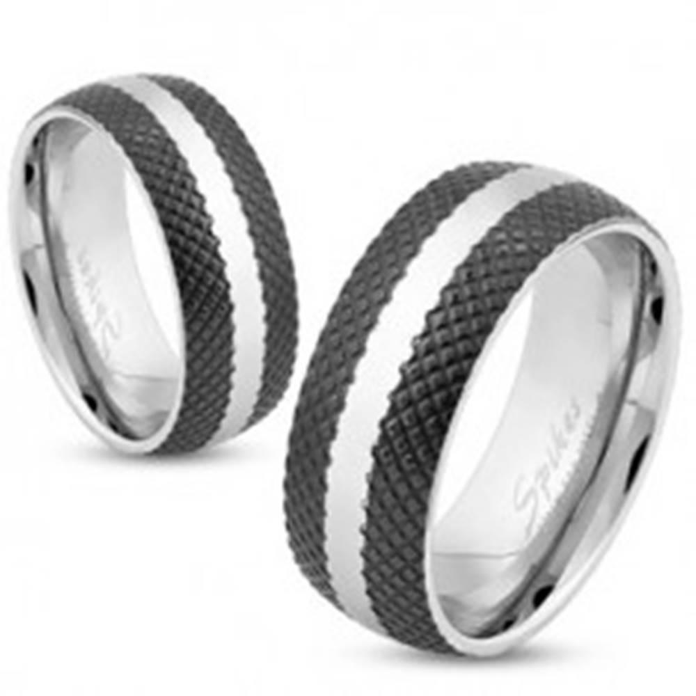 Šperky eshop Oceľový prsteň s čiernym mriežkovaným povrchom, pás striebornej farby, 6 mm - Veľkosť: 49 mm