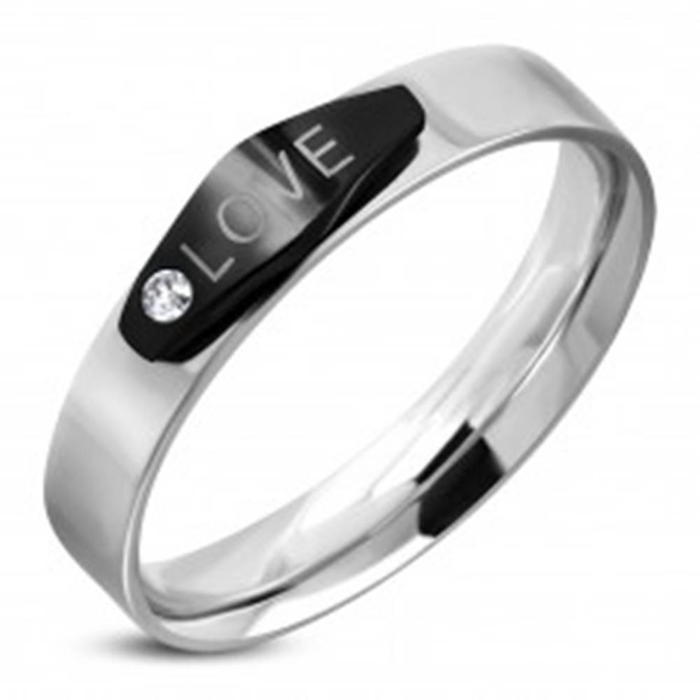 Šperky eshop Oceľový prsteň striebornej farby, čierny ovál s nápisom LOVE a zirkónom - Veľkosť: 49 mm