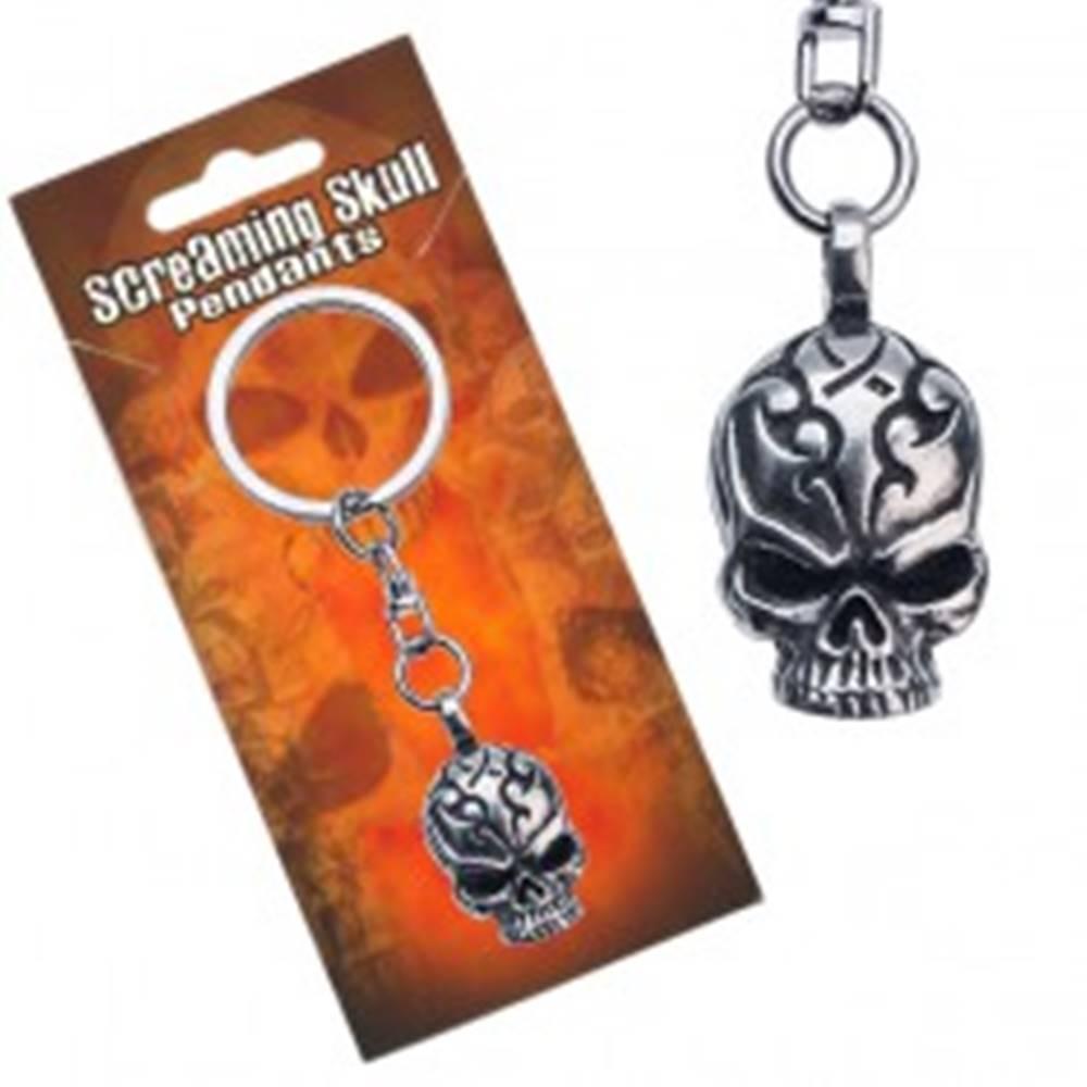 Šperky eshop Prívesok na kľúče kovový, lebka s vyrytými ornamentmi