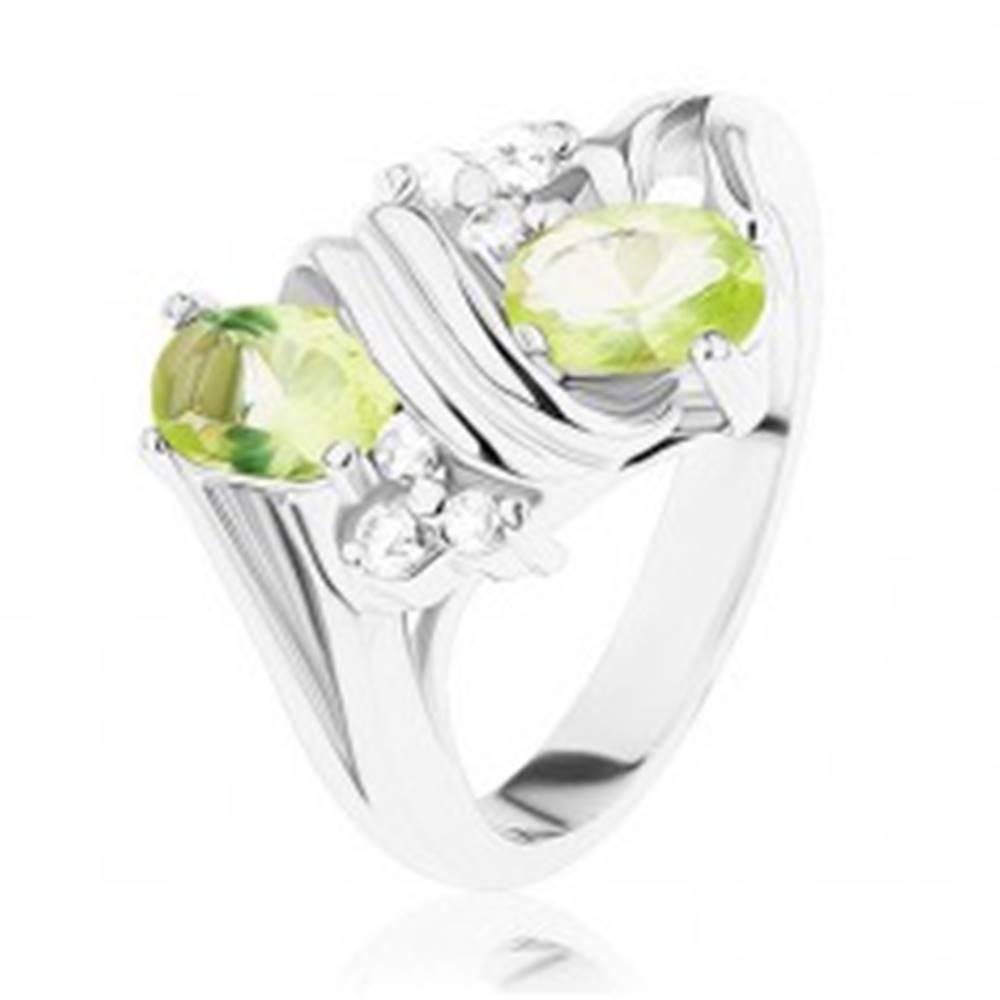 Šperky eshop Prsteň v striebornom odtieni, lesklá dvojitá špirála, svetlozelené a číre zirkóny - Veľkosť: 52 mm